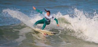 Francisca Sousa en vague déferlante pro 2010 de Nazare Image stock