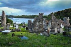 Franciscan abbotskloster och kyrkogård Donegal stad Ståndsmässiga Donegal ireland arkivbild