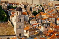Franciscan kloster och museum i bakgrunden av tak med tegelplattor i Dubrovnik, Kroatien royaltyfri fotografi