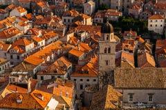 Franciscan kloster och museum på bakgrunden av hus med i Dubrovnik, Kroatien arkivbild