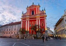 Franciscan kyrka i den Preseren fyrkanten i den Ljubljana Slovenien aftonen royaltyfria foton