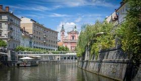 Franciscan kyrka i Ljubljana, Slovenien från floden Ljubljanica arkivbilder
