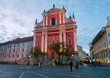 Franciscan kyrkaPreseren fyrkant i den Ljubljana Slovenien aftonen royaltyfri foto