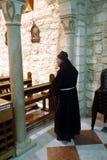 Franciscan munk i kyrkan av det första miraklet för Jesus ` i Cana royaltyfria bilder