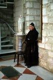 Franciscan munk i kyrkan av det första miraklet för Jesus ` i Cana arkivfoton