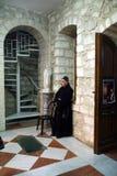 Franciscan munk i kyrkan av det första miraklet för Jesus ` i Cana arkivfoto