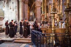 Franciscan munkar i kyrkan av den heliga griften royaltyfria foton