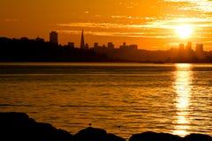 francisco över den san solnedgången royaltyfri bild