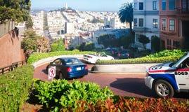francisco san USA Vår 2015 En slingrig gata med bilar royaltyfri foto