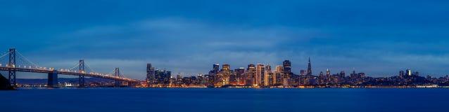 Francisco-Skyline an der Dämmerung Lizenzfreies Stockfoto