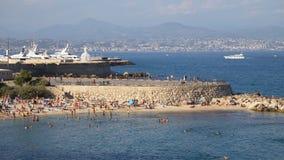 Francja Antibes, Sierpień, - 28: Ciepłej morze plaży ruchliwie dzień w Antibes Obrazy Stock