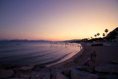 Francja, Cote D'Azur, Cannes; Część piaskowaty wybrzeże przez Cote D'Azur w ostatnim wieczór świetle Obrazy Stock