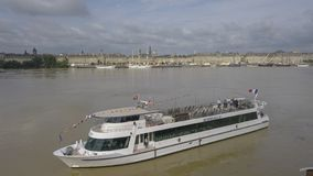 Francja, Gironde, bordowie, Czerwiec, 18, 2018, widok z lotu ptaka Turystycznej łodzi Garonne rzeka zdjęcia royalty free