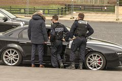Francja, Paryż, 2019 - 04, Milicyjna kontrola zły parkowali samochód obraz stock