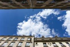 Francja, Paryż, Sierpień 9, 2017: przemysłowy arywista pracuje na fasadzie dom zdjęcia royalty free