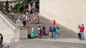FRANCJA PARYŻ, CZERWIEC, - 8, 2015: Turyści chodzi blisko budynku z schodkami zbiory