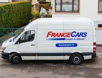 Francja samochodów wynajmowania biały samochód dostawczy w Francuskim mieście Zdjęcia Stock
