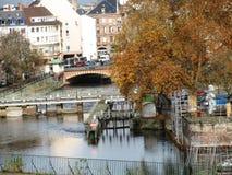 Francja strasbourg przez rzekę bridżową obraz stock