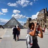 Francja turystyczna ładna pogoda louvre muzeum Paris Obrazy Stock