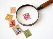 Francobolli del mondo e lente d'ingrandimento Immagine Stock
