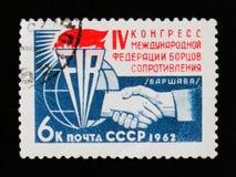 Francobollo che onora IV congresso della federazione internazionale di resistenza dei combattenti, Varsavia, circa 1962 Fotografie Stock