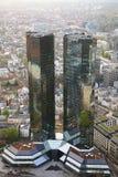 FRANCOFORTE, ALEMANHA - 18 DE ABRIL DE 2013: As torres gêmeas de Deutsche Bank das matrizes em Francoforte - am - cano principal Fotografia de Stock