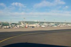 FRANCOFORTE, ALEMANHA - 20 de janeiro de 2017: Aviões na porta no terminal 1 no aeroporto internacional FRA de Francoforte durant Imagem de Stock Royalty Free