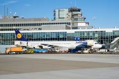 FRANCOFORTE, ALEMANHA - 20 de janeiro de 2017: Aviões, um Airbus de Lufthansa, na porta no terminal 1 em Francoforte Foto de Stock