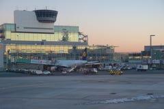 FRANCOFORTE, ALEMANHA - 20 de janeiro de 2017: Aviões, um Airbus de Lufthansa, na porta no terminal 1 em Francoforte Fotografia de Stock