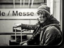 Francoforte, Alemanha - 9 de janeiro: Homem não identificado no metro o 9 de janeiro de 2015 em Francoforte, Alemanha imagem de stock