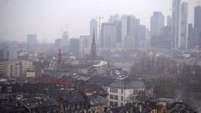 Francoforte Alemanha Maine River e torres do negócio no dia nevado filme