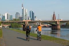 Francoforte - am - construção principal do arranha-céus com bicycling dos povos imagem de stock royalty free