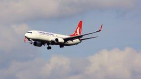 FRANCOFORTE, GERMANIA - 28 febbraio 2015: GEN seguente di Boeing 737 - MSN 42006 - TC-JVE di atterraggio di Turkish Airlines a Fr Fotografia Stock