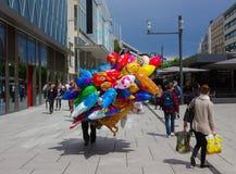 Francoforte, Germania - 15 giugno 2016: Il commerciante dei palloni variopinti che cammina lungo lo Zeil nel mezzogiorno Fotografia Stock