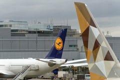 Francoforte, Hesse, Alemanha, o 13 de março de 2018: Aviões no alcatrão do aeroporto, ideia traseira de áreas de aviões Fotografia de Stock