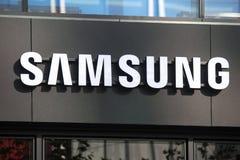 Francoforte, hesse/Alemanha - 11 10 18: Samsung assina em uma construção em Francoforte Alemanha imagens de stock