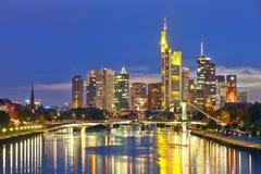 Francoforte sul Meno alla notte Fotografie Stock Libere da Diritti