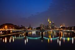 Francoforte sul Meno alla notte Immagini Stock
