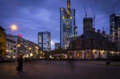 Francoforte sul Meno Hauptwache alla notte fotografia stock libera da diritti