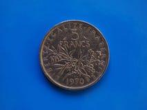 5 francos de moeda, França sobre o azul Fotografia de Stock Royalty Free