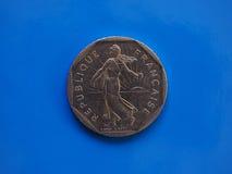 2 francos de moneda, Francia sobre azul Fotos de archivo libres de regalías