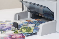 Francos suíços da falsificação da impressão da impressora, moeda de switzerland Foto de Stock