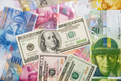 Francos suíços e dólares Foto de Stock Royalty Free