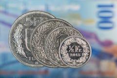 1, 2, 5 francos suíços e moeda do centavo de 50 suíços com 100 francos suíços Foto de Stock