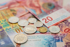Francos suizos de billetes y monedas con las nuevas veinte cuentas del franco suizo Fotos de archivo libres de regalías