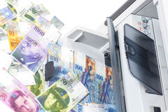 Francos suizos de la falsificación de la impresión de la impresora, moneda de Suiza Fotos de archivo libres de regalías