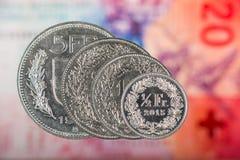 1, 2, 5 francos suizos y moneda del centavo de 50 suizos con 20 francos suizos B Imagen de archivo