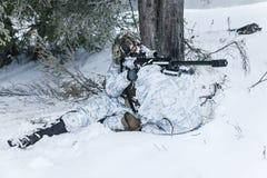 Francotirador ártico de las montañas del invierno Imagen de archivo