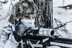 Francotirador ártico de las montañas del invierno Imagenes de archivo