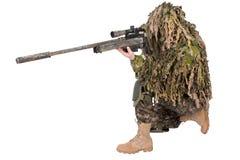 Francotirador camuflado en traje del ghillie Foto de archivo